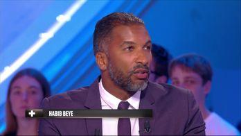 Habib Beye sur la main non sifflé pendant France / USA