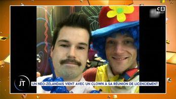 Convoqué à un entretien de licenciement, il arrive avec un clown