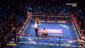 Arsen Goulamirian met Kane Watts au sol dans le 2e round