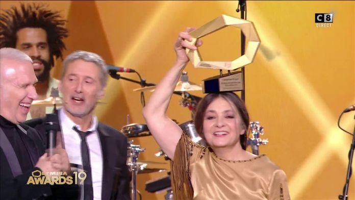 Jean-Paul Gaultier remet l'award d'honneur à Catherine Ringer