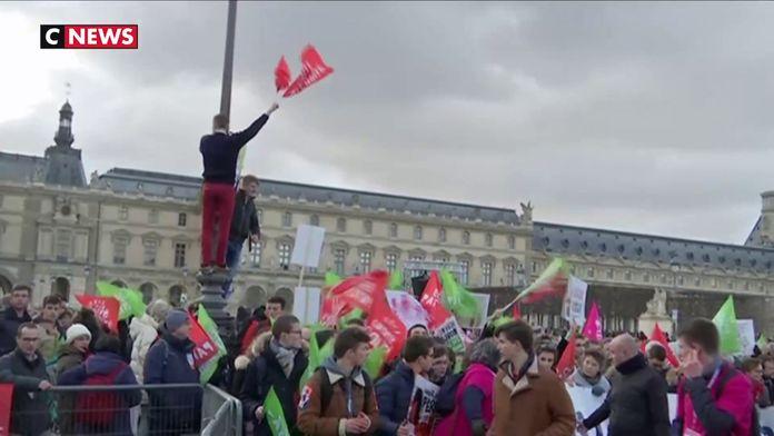 """Les jeunes """"anti-PMA pour toutes"""" présents en nombre à la marche"""