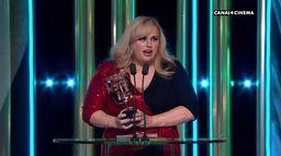 """Rebel Wilson : """"ce prix, c'est génial pour ne pas attraper le coronavirus"""" - BAFTAs 2020"""