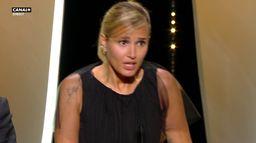 Julia Ducournau tellement émue qu'elle en perd son français - Cannes 2021