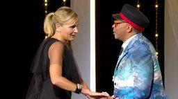 Les accolades chaleureuses entre Julia Ducournau et les membres du Jury - Cannes 2021