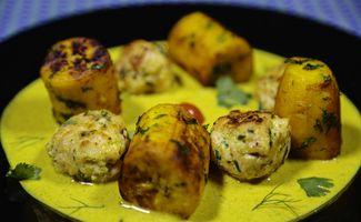 Plantain sautée aux herbes et curry au poulet