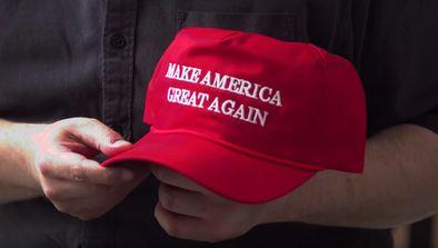 Meeting trumpiste, joker démocrate et logos de campagne