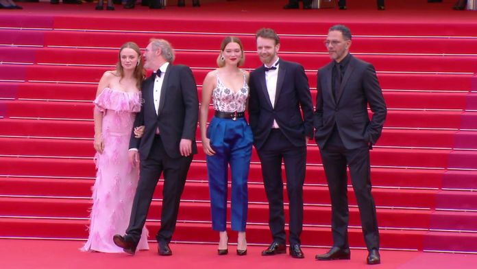 """La montée des marches de l'équipe du film """"Roubaix une lumière"""" - Cannes 2019"""