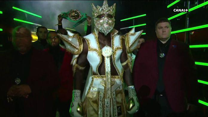 Wilder entre sur le ring