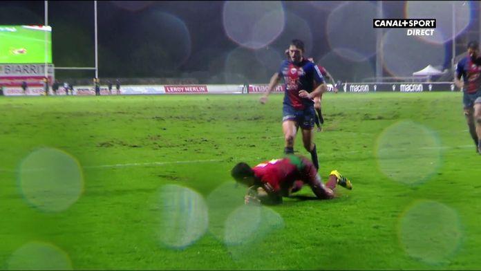 Magnifique jeu au pied de Bernard qui permet à Biarritz de marquer
