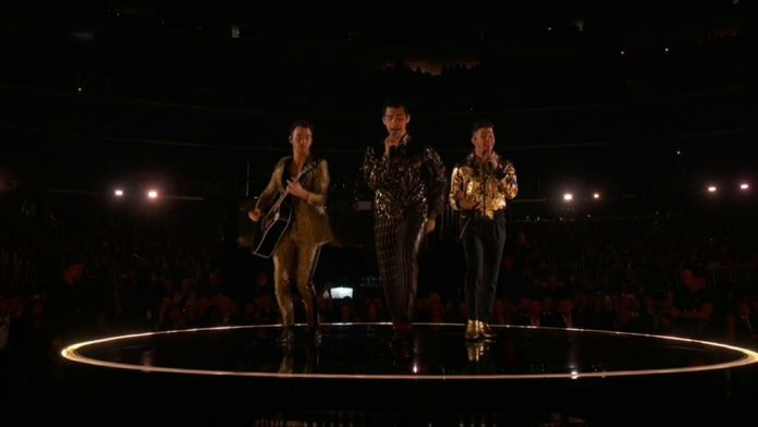 Jonas Brothers – Five More Minutes & What A Man Gotta Do (LIVE)