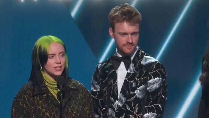 """Billie Eilish remporte le Grammy de la """"Chanson de l'année"""""""