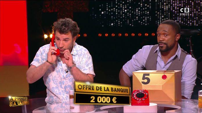 Michaël Youn prend le téléphone rouge et insulte le banquier !