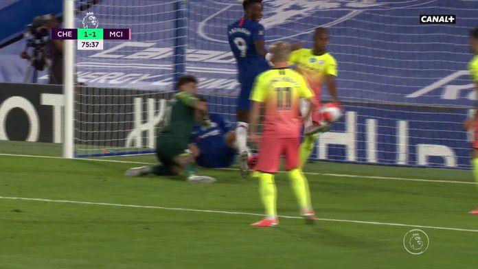 La grosse main de Fernandinho sur sa ligne ! : Premier League - 31ème journée