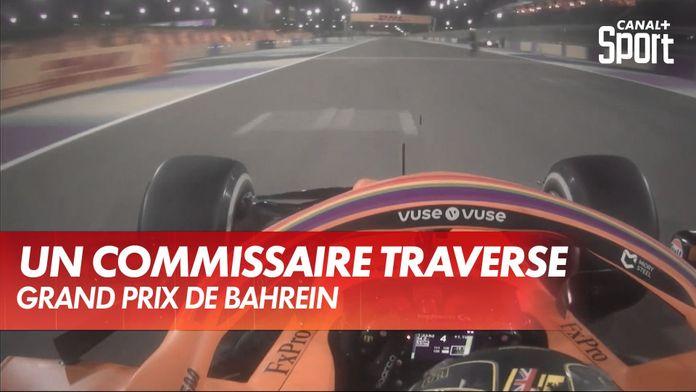 Un commissaire traverse la piste juste devant Lando Norris : Grand Prix de Bahrein