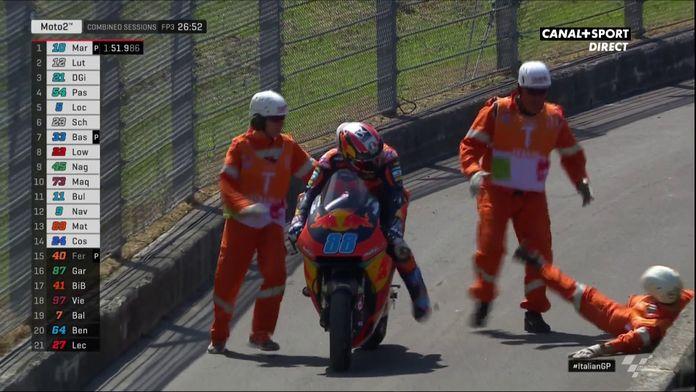 Moto2 - Chute pour le commissaire de course qui accompagne Jorge Martin !